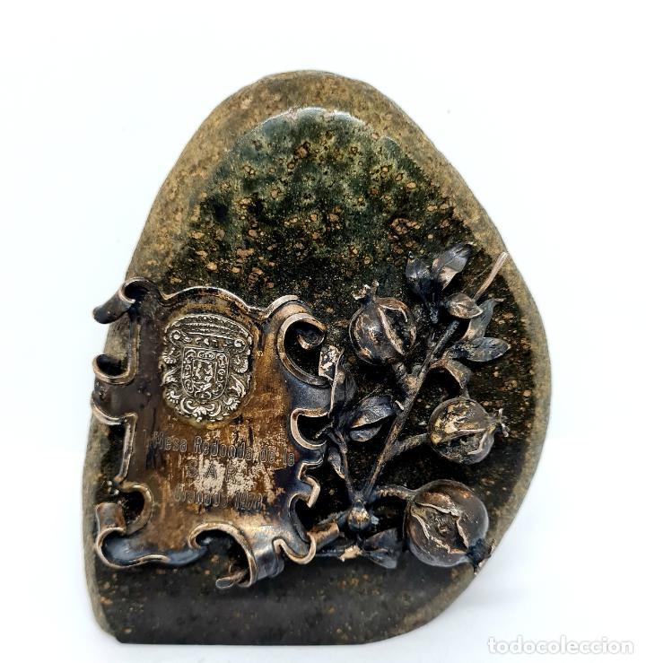 MUY BONITO PISAPAPELES EN PIEDRA CON APLICACION DE PLATA (Antigüedades - Hogar y Decoración - Otros)