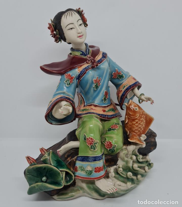 Antigüedades: PRECIOSA Y ANTIGUA ESCULTURA ORIENTAL POLICROMADA CON LEYENDA Y CUÑO,CHINA,JAPON??? - Foto 2 - 278826238