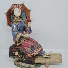 Antigüedades: PRECIOSA Y ANTIGUA ESCULTURA ORIENTAL POLICROMADA CON LEYENDA Y CUÑO,CHINA,JAPON???. Lote 278827523