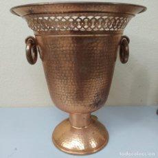 Antigüedades: ÁNFORA DE METAL ANTIGUO. Lote 278929123