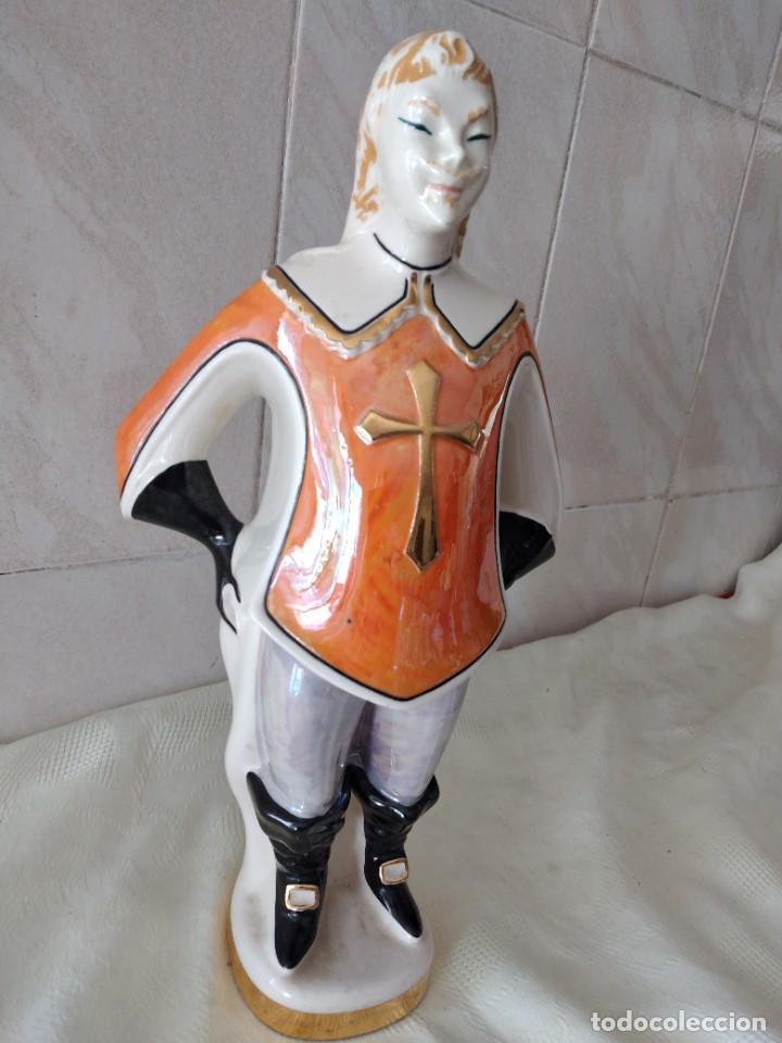 Antigüedades: Antigua botella de licor bisso de porcelana canova padova italy,imagen mosquetero - Foto 3 - 278932418