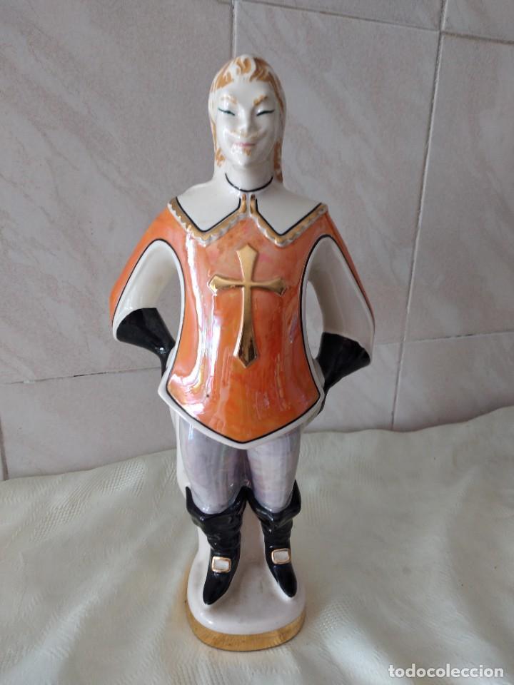 Antigüedades: Antigua botella de licor bisso de porcelana canova padova italy,imagen mosquetero - Foto 5 - 278932418