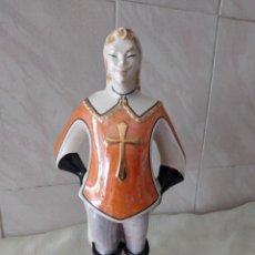 Antigüedades: ANTIGUA BOTELLA DE LICOR BISSO DE PORCELANA CANOVA PADOVA ITALY,IMAGEN MOSQUETERO. Lote 278932418