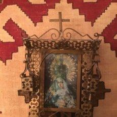 Antigüedades: CAPILLA, HORNACINA METÁLICA PINTADA CON FAROLES. VIRGEN MACARENA. 40X24 CM.. Lote 278963368