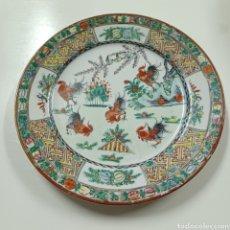 Antigüedades: ANTIGUO PLATO DE PORCELANA CHINA DE MACAO - GALLOS - 26 CM DE DIANETRO. Lote 279048348