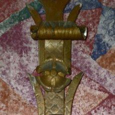 Antigüedades: ANTIGUO APLIQUE/ LAMPARA DE HIERRO, DORADO Y CON DECORACION. 40 CM. Lote 279334463