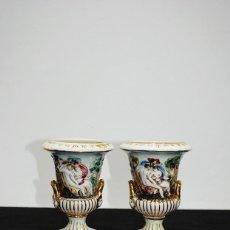 Antigüedades: PAREJA DE JARRONES O COPAS DE PORCELANA CAPODIMONTE. Lote 279363538