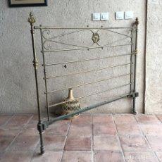 Antigüedades: CABECERO DE CAMA ANTIGUO 135 CM DE BRONCE DORADO - BOLAS Y ROSETÓN CENTRAL. Lote 279371278