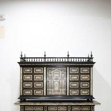 Antigüedades: BARGUEÑO ANTIGUO DE MADERA Y DECORACIONES. Lote 279433018