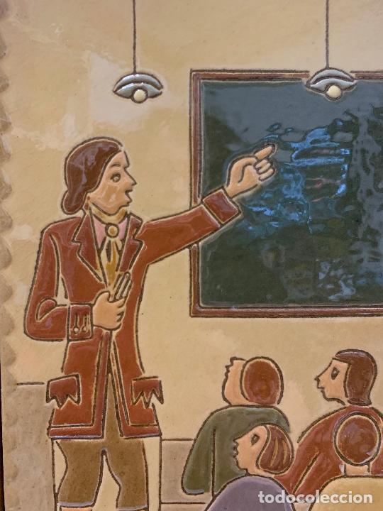 Antigüedades: Antiguo azulejo de ceramica vidriada de VILA-CLARA. Escuela, profesor o maestra. Mide unos 30x16cms - Foto 2 - 279456328