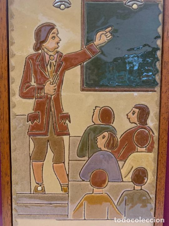 Antigüedades: Antiguo azulejo de ceramica vidriada de VILA-CLARA. Escuela, profesor o maestra. Mide unos 30x16cms - Foto 6 - 279456328
