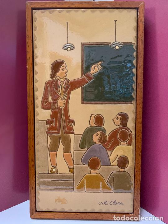 Antigüedades: Antiguo azulejo de ceramica vidriada de VILA-CLARA. Escuela, profesor o maestra. Mide unos 30x16cms - Foto 7 - 279456328