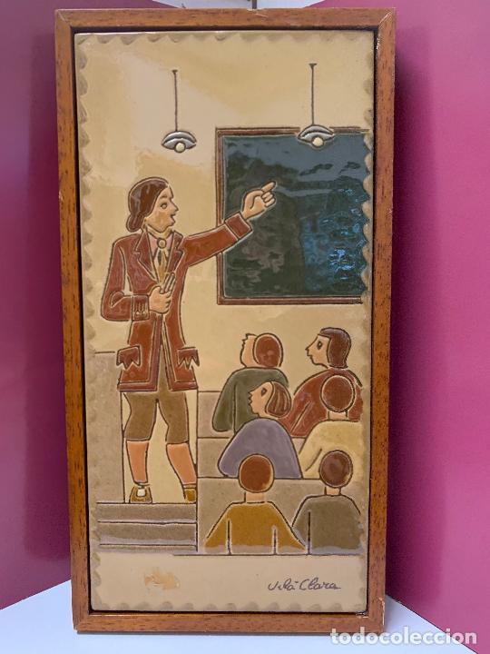 Antigüedades: Antiguo azulejo de ceramica vidriada de VILA-CLARA. Escuela, profesor o maestra. Mide unos 30x16cms - Foto 8 - 279456328