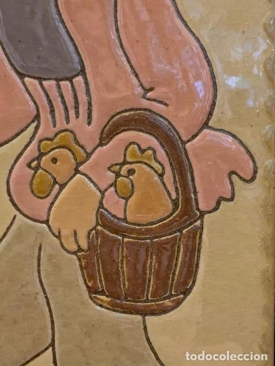 Antigüedades: Antiguo azulejo de ceramica vidriada de VILA-CLARA. VENDEDOR DE GALLINAS O POLLOS Mide unos 30x16cms - Foto 3 - 279456573