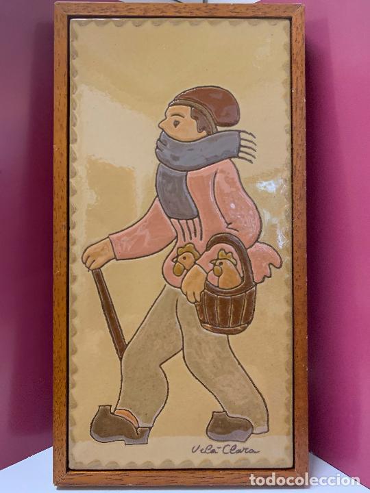 Antigüedades: Antiguo azulejo de ceramica vidriada de VILA-CLARA. VENDEDOR DE GALLINAS O POLLOS Mide unos 30x16cms - Foto 7 - 279456573
