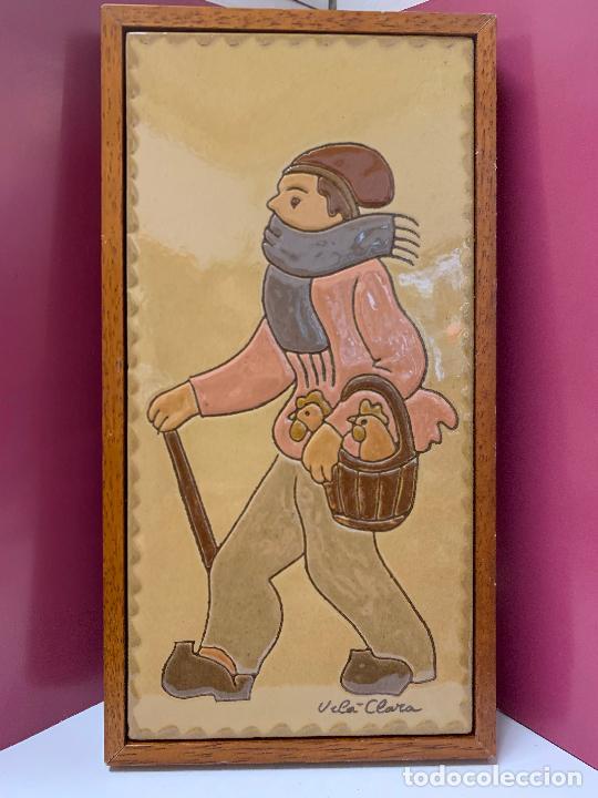 ANTIGUO AZULEJO DE CERAMICA VIDRIADA DE VILA-CLARA. VENDEDOR DE GALLINAS O POLLOS MIDE UNOS 30X16CMS (Antigüedades - Porcelanas y Cerámicas - Catalana)