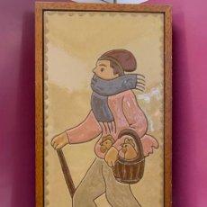 Antigüedades: ANTIGUO AZULEJO DE CERAMICA VIDRIADA DE VILA-CLARA. VENDEDOR DE GALLINAS O POLLOS MIDE UNOS 30X16CMS. Lote 279456573
