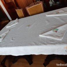 Antigüedades: ANTIGUO MANTEL BORDADO A MANO CON INICIALES Y VAINICA, CON 4 GRANDES SERVILLETAS.. Lote 279460273
