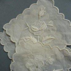 Antigüedades: CUATRO ANTIGUAS PIEZAS DE MUSELINA BORDADA S.XIX. Lote 279560763