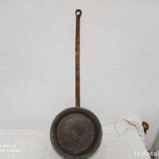 Antigüedades: ANTIGUA Y GRANDE CAZUELA DE COBRE CON MANGO DE FORJA!. Lote 280115023