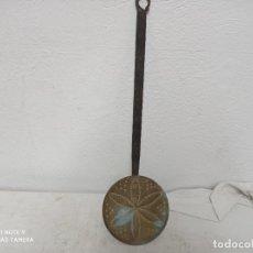 Antigüedades: ANTIGUO ESCURRIDOR DE COBRE CON MANGO DE FORJA, CON BONITO DIBUJO!. Lote 280115548