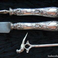 Antigüedades: JUEGO CUCHILLO Y TENEDOR TRINCHAR .PLATA LEY LABRADAS .CAJA ORIGINAL.FRANCIA SIGLO 19. Lote 280210998