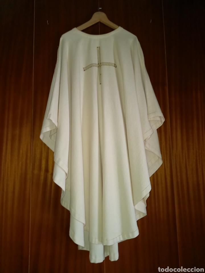 CASULLA SACERDOTE COMO NUEVA COLOR CREMA CRUZ BORDADA (Antigüedades - Religiosas - Artículos Religiosos para Liturgias Antiguas)