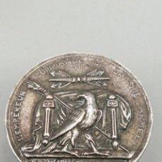 Antigüedades: CAJA PASTILLERO METAL PLATEADO. L'EMPEREUR COMMANDE LA GRANDE ARMEE 1805. Lote 280350833