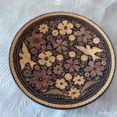Antigüedades: ANTIGUO PLATO DE METAL DAMASQUINADO TOLEDO, IMAGEN PAJARITOS Y FLORES.. Lote 280577253