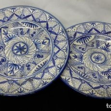 Antigüedades: TALAVERA. LOTE DE PLATOS DECORADOS EN AZUL.. Lote 280672988