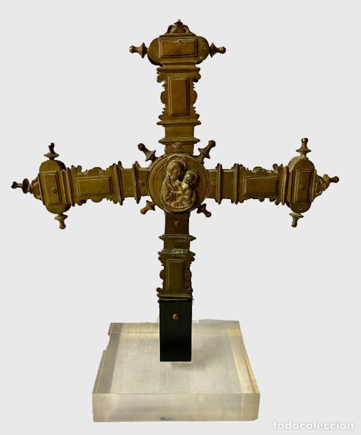 ANTIGUA CRUZ GRIEGA PROCESIONAL DE BRONCE GÓTICA. SIGLO XV. VIRGEN CON NIÑO. 46X40X20 (Antigüedades - Religiosas - Cruces Antiguas)