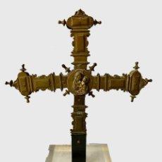 Antigüedades: ANTIGUA CRUZ GRIEGA PROCESIONAL DE BRONCE GÓTICA. SIGLO XV. VIRGEN CON NIÑO. 46X40X20. Lote 280883813