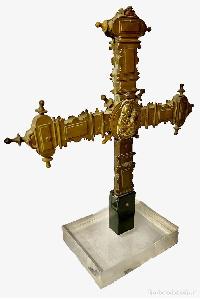 Antigüedades: Antigua cruz griega procesional de bronce gótica. Siglo XV. Virgen con niño. 46x40x20 - Foto 2 - 280883813