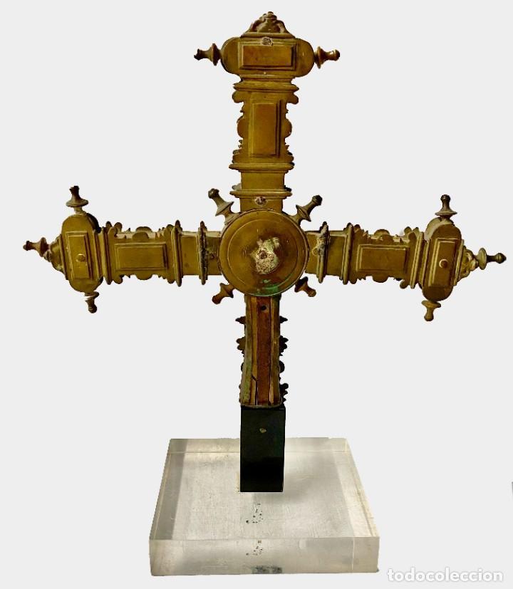 Antigüedades: Antigua cruz griega procesional de bronce gótica. Siglo XV. Virgen con niño. 46x40x20 - Foto 5 - 280883813