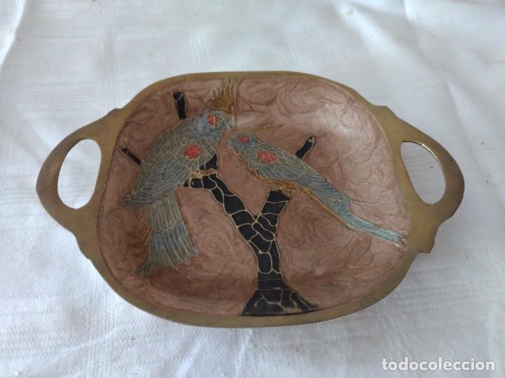 PEQUEÑA BANDEJA DE BRONCE CON IMAGEN CLOISONEE. (Antigüedades - Hogar y Decoración - Bandejas Antiguas)