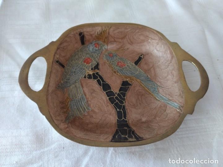 Antigüedades: Pequeña bandeja de bronce con imagen cloisonee. - Foto 2 - 281017608