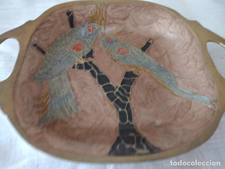 Antigüedades: Pequeña bandeja de bronce con imagen cloisonee. - Foto 3 - 281017608