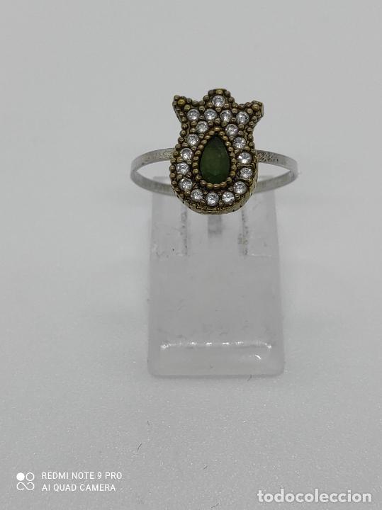 Antigüedades: Antiguo anillo en plata de ley contrastada y bronce de estilo victoriano con esmeralda y circonitas. - Foto 2 - 281928988
