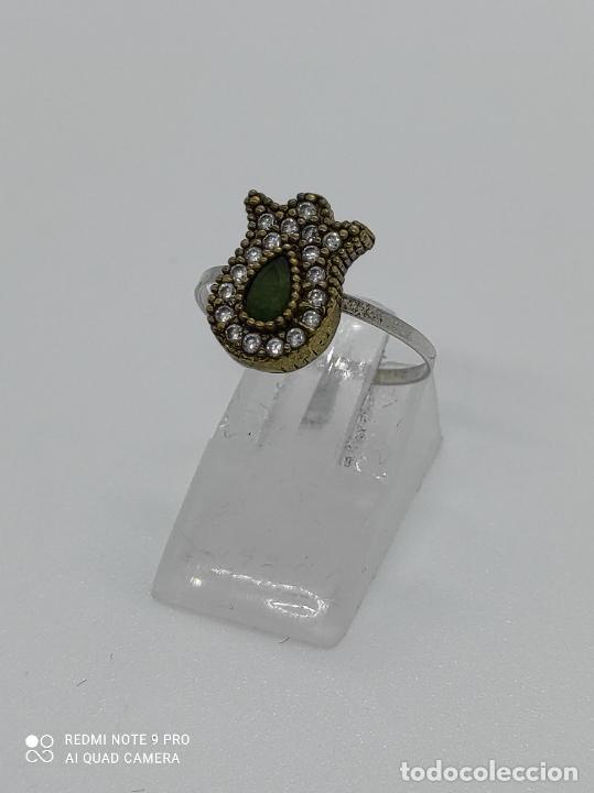 Antigüedades: Antiguo anillo en plata de ley contrastada y bronce de estilo victoriano con esmeralda y circonitas. - Foto 3 - 281928988