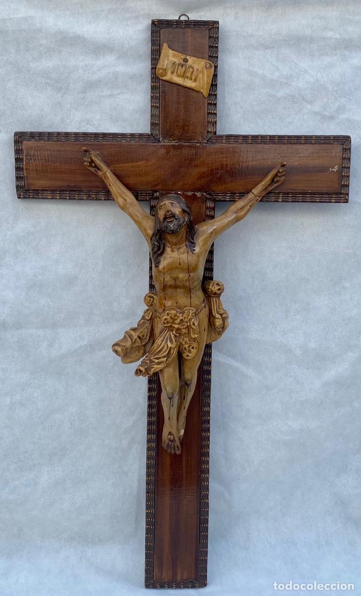 Antigüedades: Crucifijo Cristo de terracota y cruz de madera antiguo - Foto 3 - 281934143