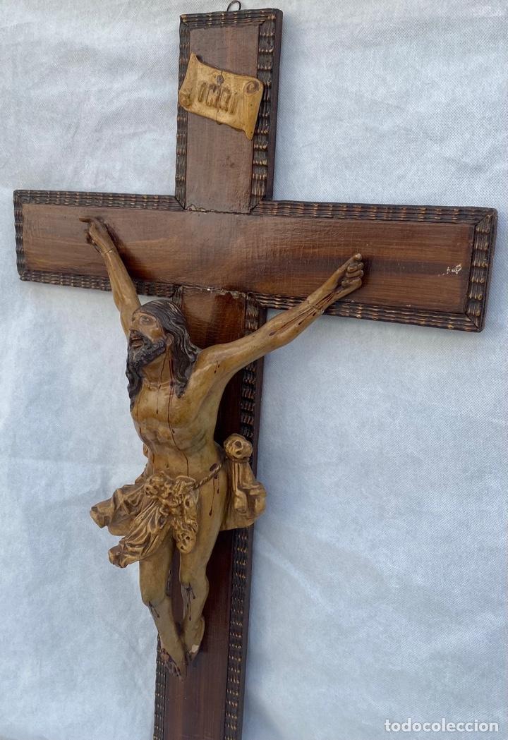 Antigüedades: Crucifijo Cristo de terracota y cruz de madera antiguo - Foto 5 - 281934143