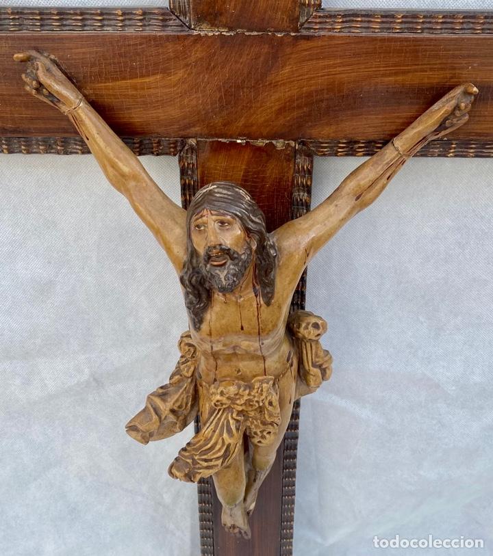CRUCIFIJO CRISTO DE TERRACOTA Y CRUZ DE MADERA ANTIGUO (Antigüedades - Religiosas - Crucifijos Antiguos)