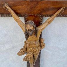 Antigüedades: CRUCIFIJO CRISTO DE TERRACOTA Y CRUZ DE MADERA ANTIGUO. Lote 281934143