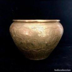 Antigüedades: ANTIGUO MACETERO HINDÚ METÁLICO (LATÓN O BRONCE) CON DIBUJOS CINCELADOS A MANO.. Lote 281952338