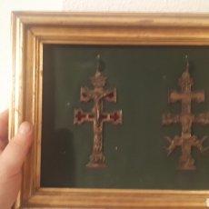 Antigüedades: PAREJA DE CRUCIFIJOS CRUCES DE CARAVACA ENMARCADOS SOBRE TERCIOPELO. Lote 282074128