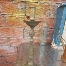 Oggetti Antichi: ANTIGUO CANDELABRO DE BRONCE DE IGLESIA O ALTAR SIGLO XIX 33 CM ALTURA. Lote 282212833