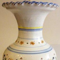 Antigüedades: NUEVO JARRÓN FLORERO DE BOCA ANCHA - CERAMICA VIDRIADA PUENTE ARZOBISPO -FIRMADA EN BASE- 39 CM ALTO. Lote 282454358