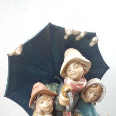 Antigüedades: TRES BAJO EL PARAGUAS DE CERÁMICA / GRES LLADRÓ. FIGURA DESCATALOGADA. AÑO 1987. SALVADOR DEBÓN. Lote 282955358