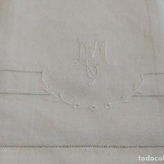 Antigüedades: ANTIGUA TOALLA CON BORDADOS, INICIALES Y VAINICA. MEDIDAS 120 X 60 CM.. Lote 282993338