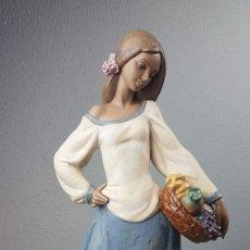 Antigüedades: FIGURA DE PORCELANA DE GRES DE MUJER RECOGIDA DE FRUTAS LLADRÓ. Lote 283083413